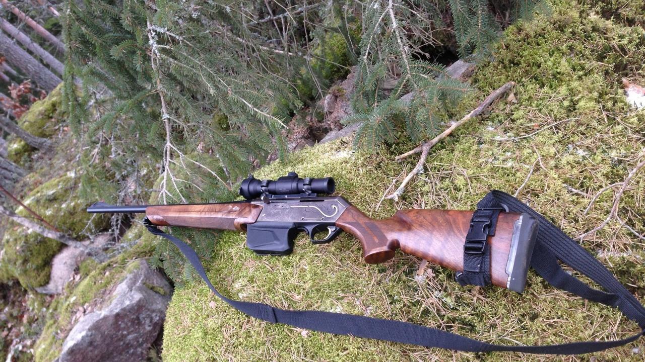 Ловец закачи пушката си за храст, двама са простреляни