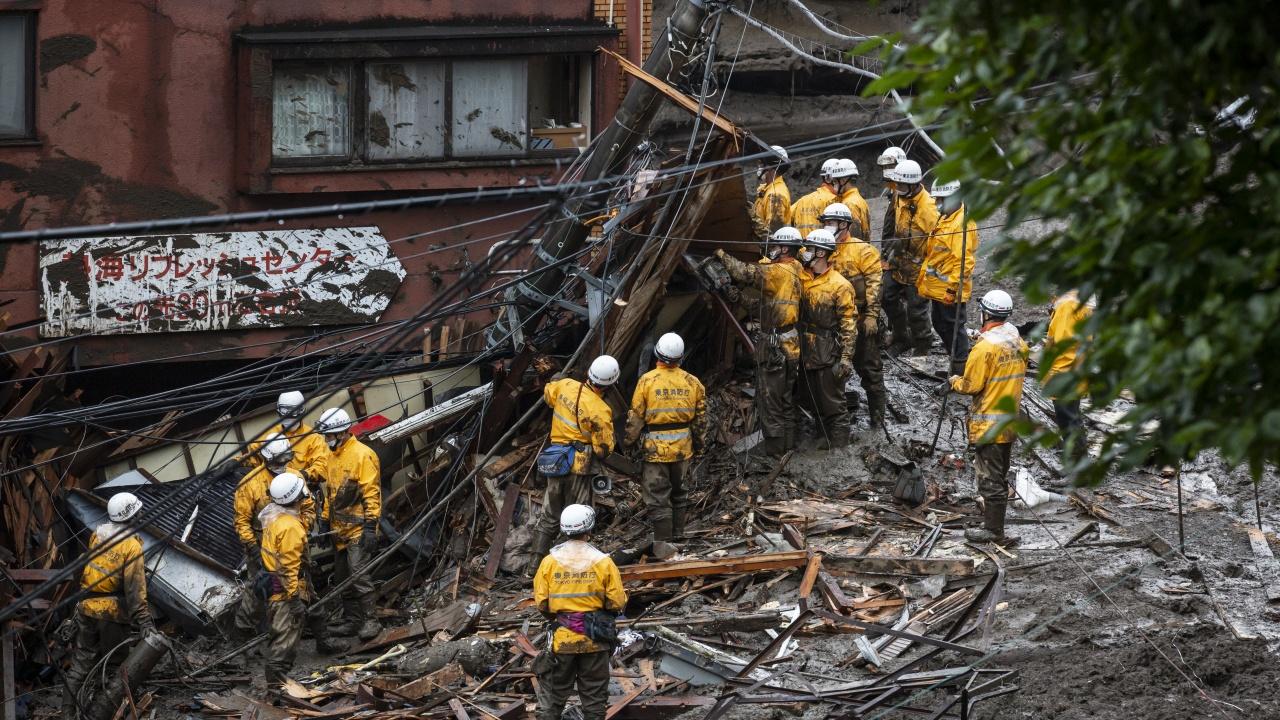 Спасители търсят 27 изчезнали при свлачищата в Япония
