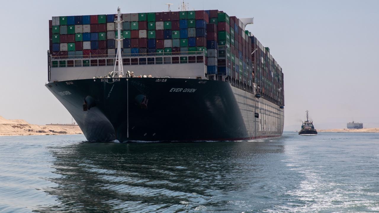 """Корабът  """"Евър Гивън"""" вдигна котва, след като беше задържан от Египет за близо 100 дни"""