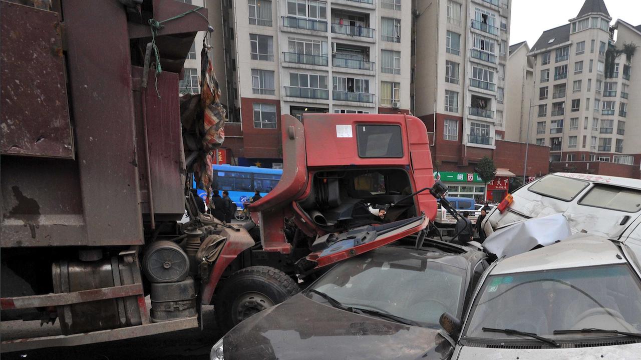 ТИР помете спрели на светофар коли в Турция, има ранени