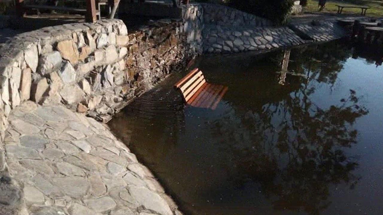 """Изхвърлиха пейка в езерото в парк """"Артилерийски"""" в Стара Загора"""