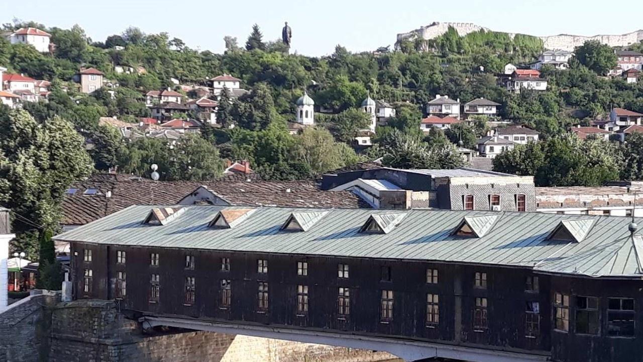 Заловиха крадец на меден обков от покрива на Покрития мост в Ловеч