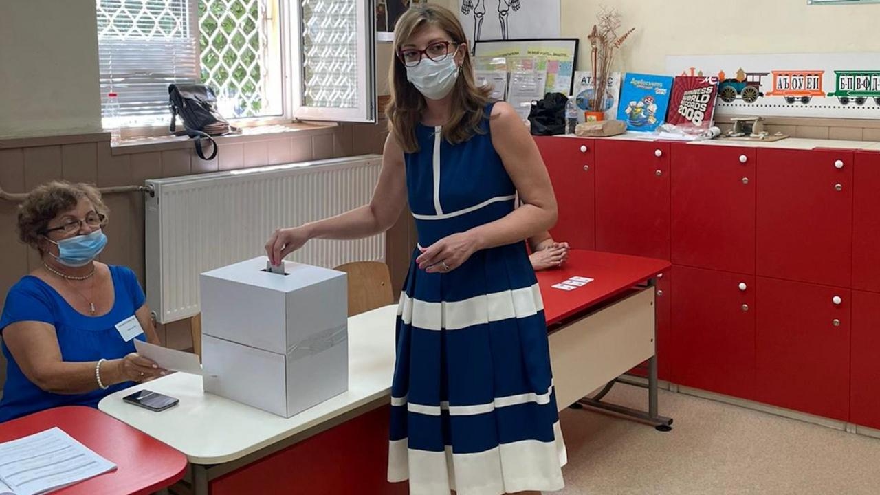 Екатерина Захариева гласува в Пазарджик