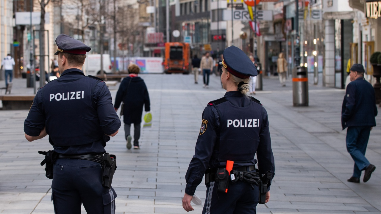 13 души бяха ранени, след като възрастен мъж блъсна с колата си сергия в Австрия