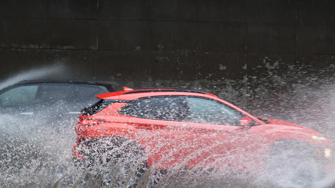 Проливни дъждове над Швейцария; в Берн поставят плаващи диги