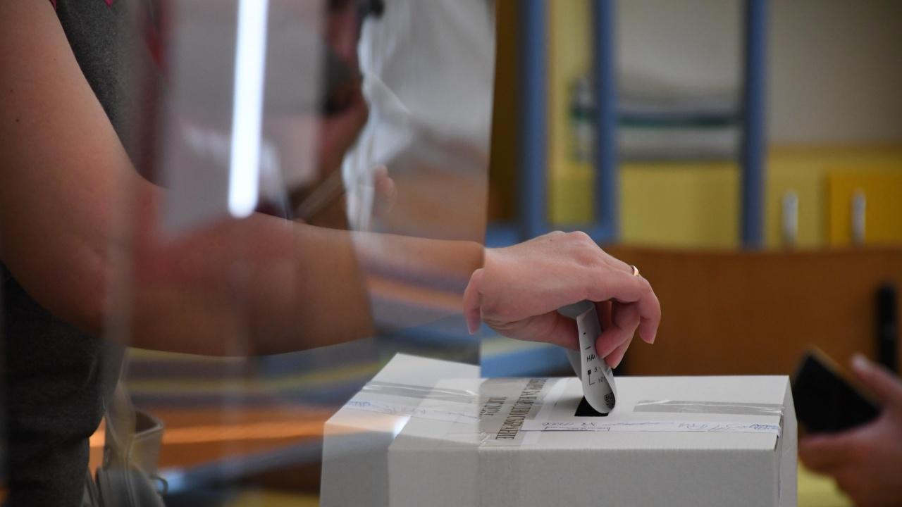 Нов сигнал е подаден в РИК - Ямбол, че кмет наблюдава вота от изборното помещение и агитира избиратели