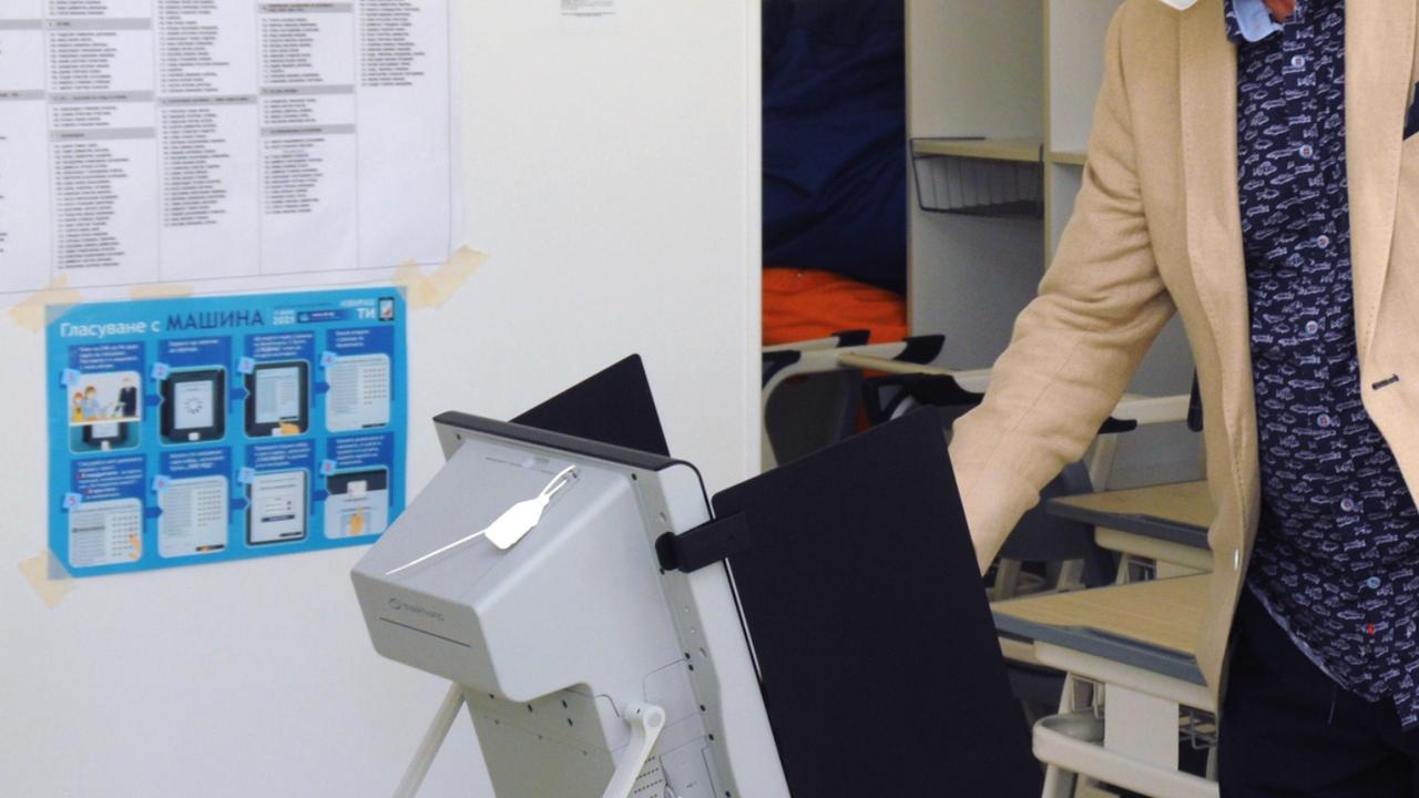 Проверяват сигнал за човек, гласувал с различни карти в село Градец