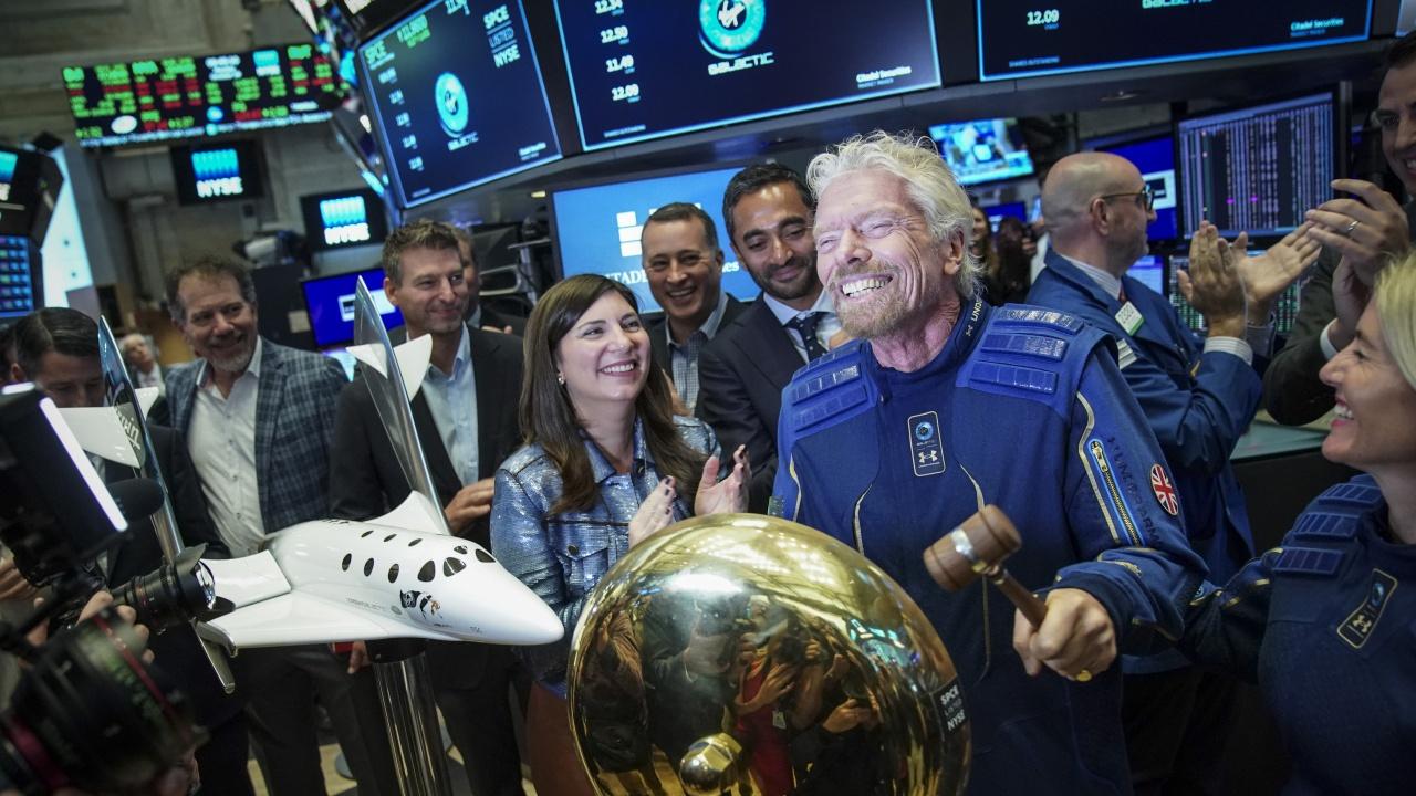 Ричард Брансън приключи успешно космическия си полет