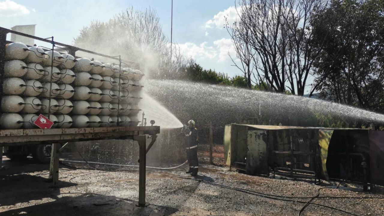 Пожарникари предотвратиха разрастването на пожар и опасност от взрив в асфалтова база
