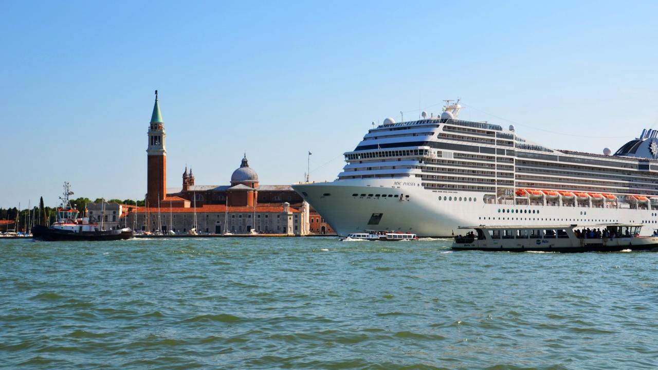 Властите в Рим забраниха влизането на круизни кораби във Венеция