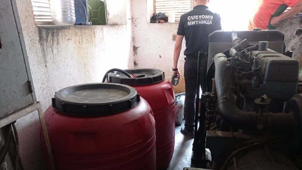 Иззеха стотици литри гориво от незаконна бензиностанция