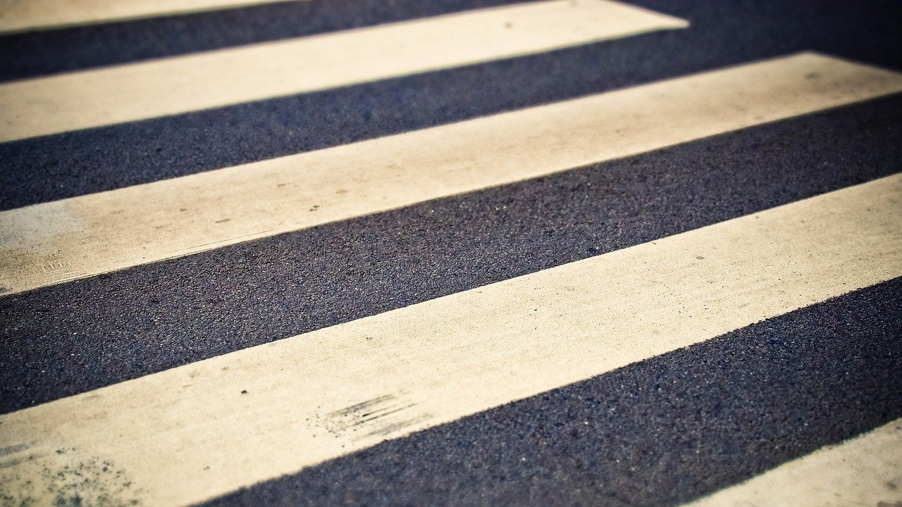 Кола блъсна майка с две деца на пешеходна пътека в Несебър