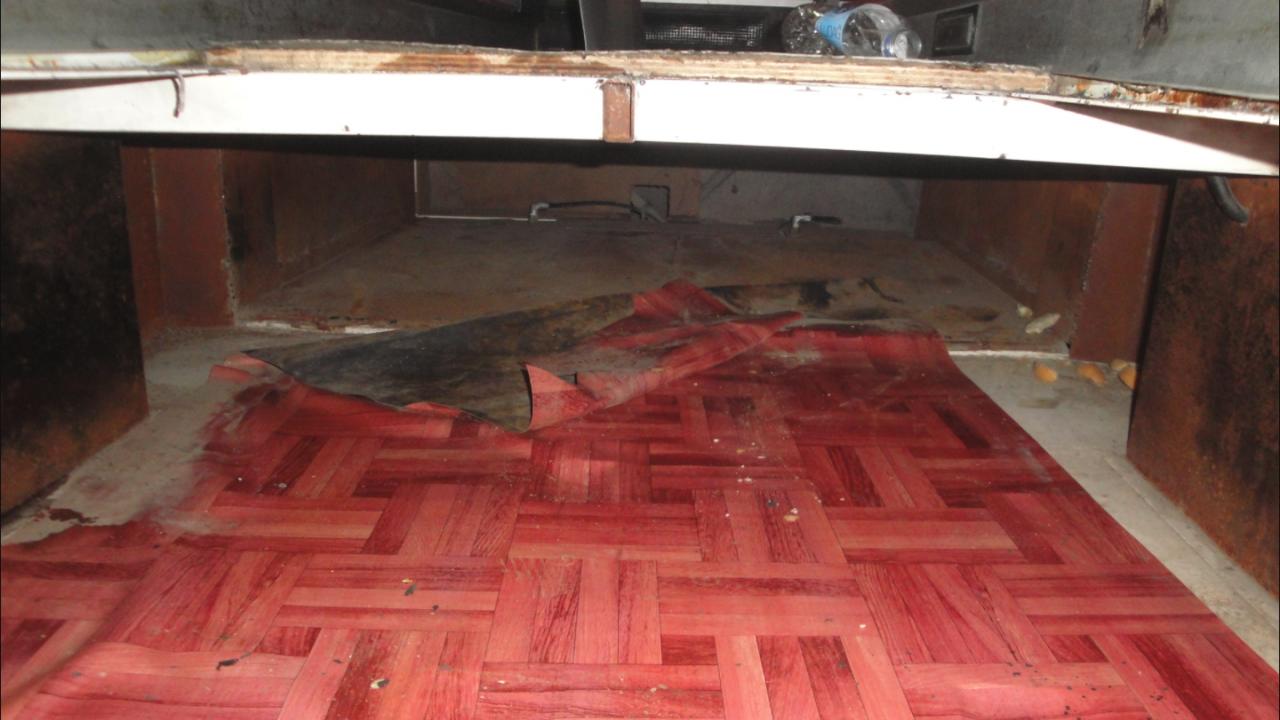 Граничен полицай откри шестима нелегални имигранти в тайник на пода на микробус
