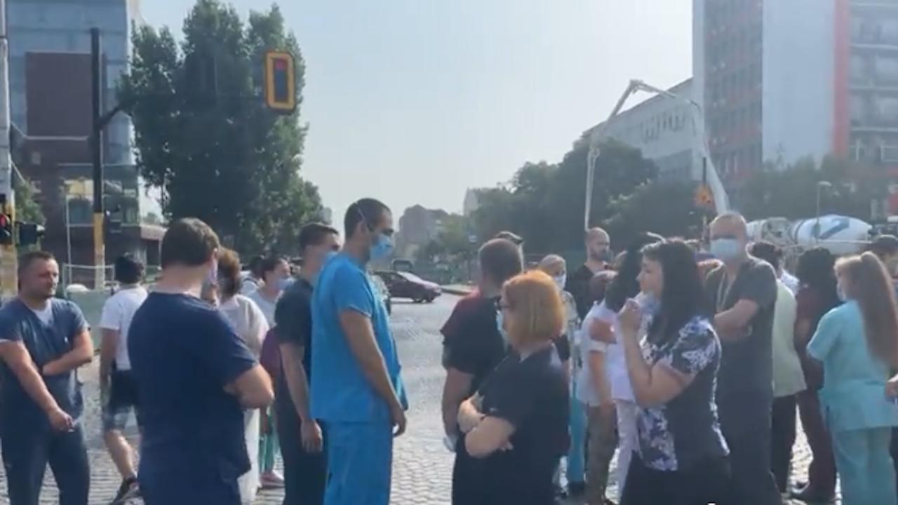 """Протест: Медици от """"Пирогов"""" блокираха булеварда пред болницата"""
