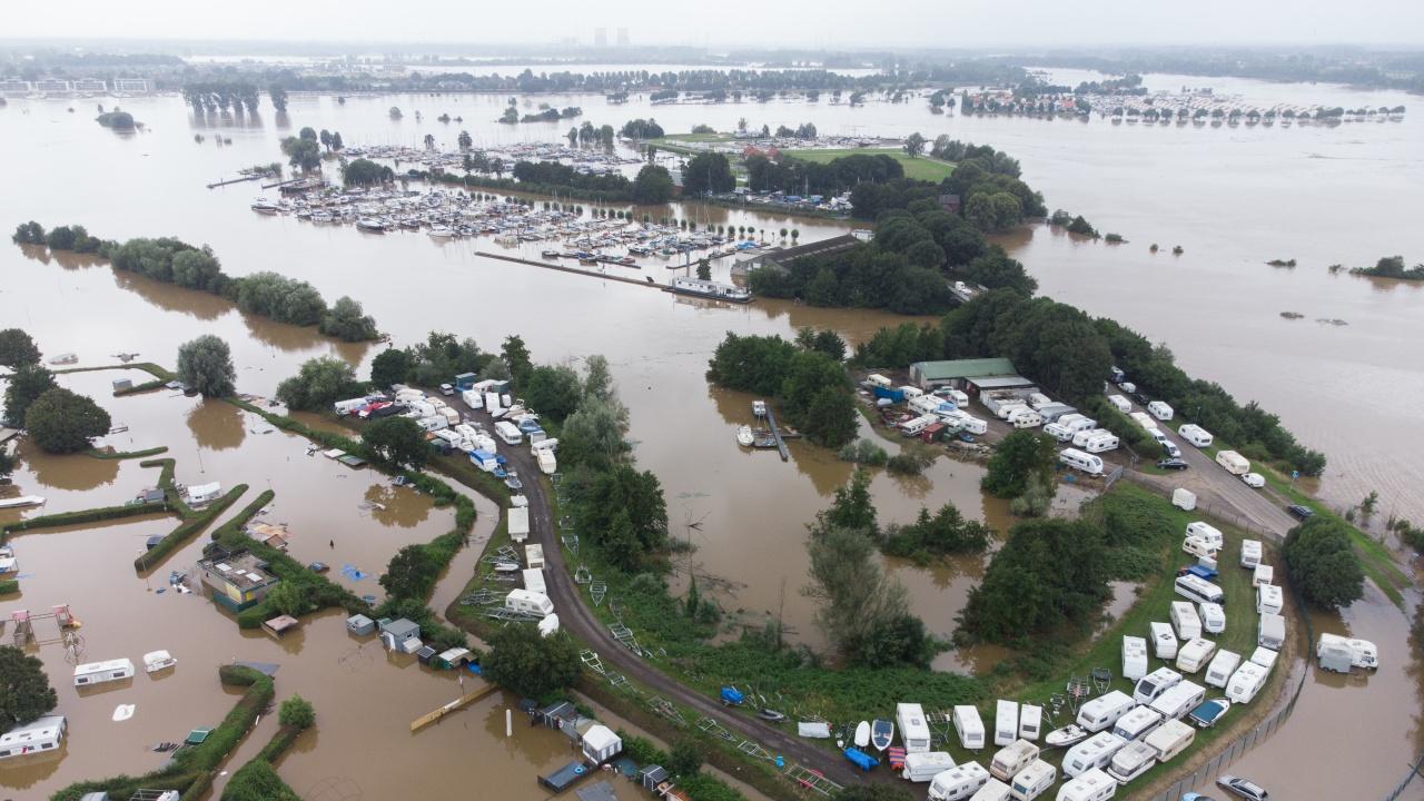 Скъса се предпазна дига в Нидерландия, тече евакуация на населението