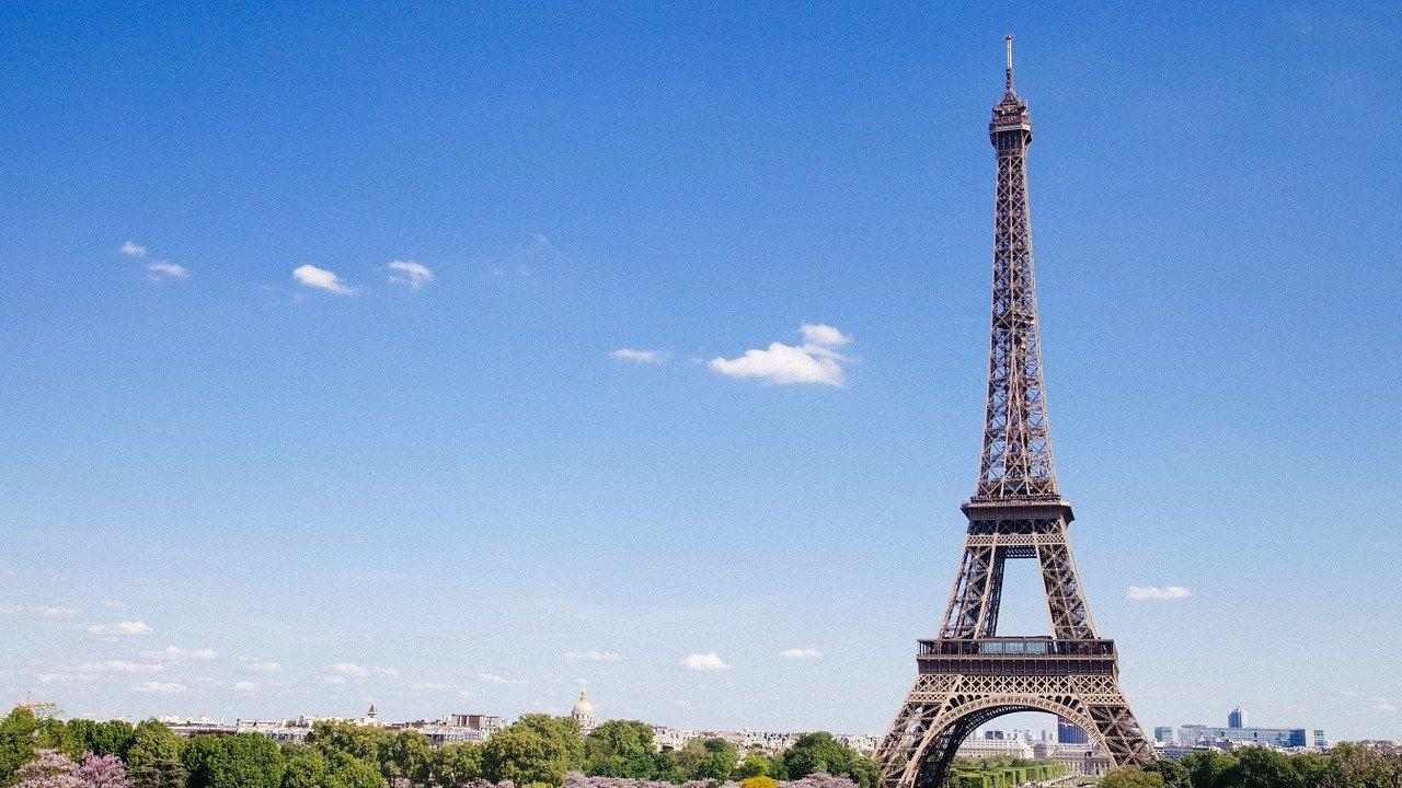 Туристите на Айфеловата кула само със здравен пропуск