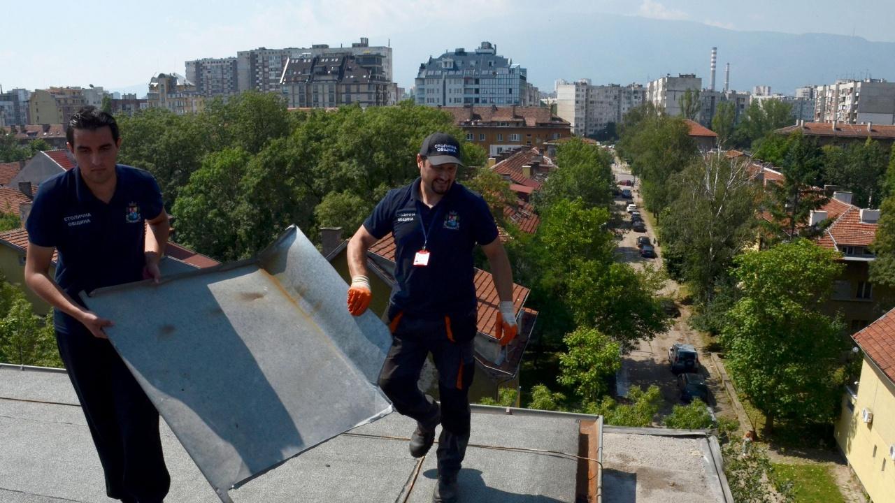 Силният вятър в София откъсна ламарина от оградата на мол и предизвика катастрофа