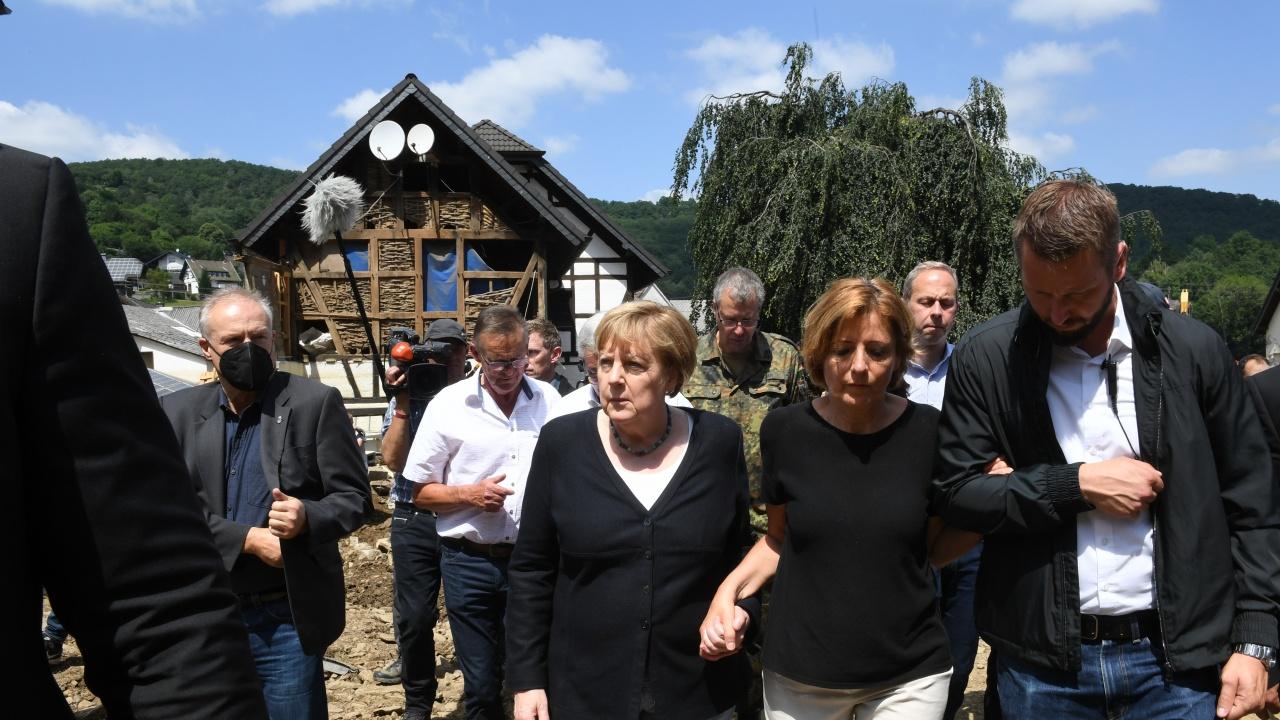 Ангела Меркел: Ситуацията в регионите, засегнати от наводненията, е сюрреалистична и ужасяваща