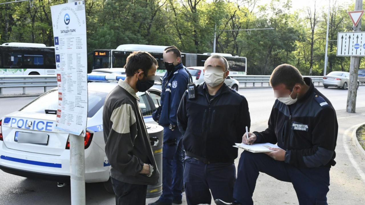 Акция в градския транспорт за маски и нередовни пътници. Стигна се до задържане