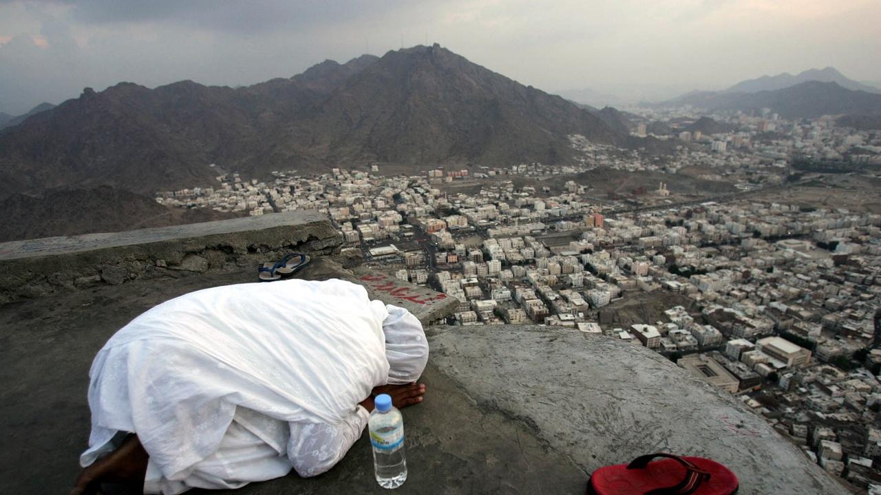 Молитви с маски край Мека за свят без коронавирус
