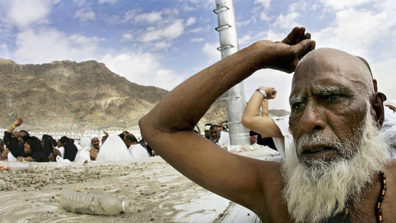 Участниците в хаджа ритуално замерят с камъни Сатаната край Мека