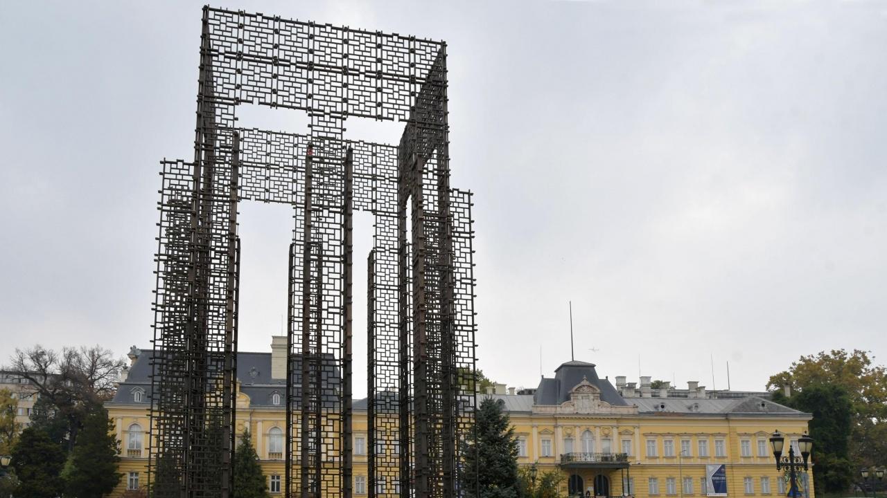 """Избират нови инсталации за площадката """"Мавзолей"""" в Градската градина"""