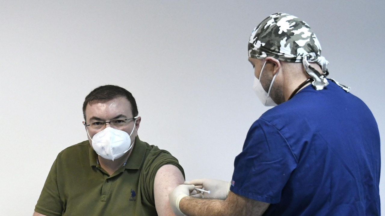 Проф. Ангелов: Бях първият ваксиниран, здрав съм, тук съм!