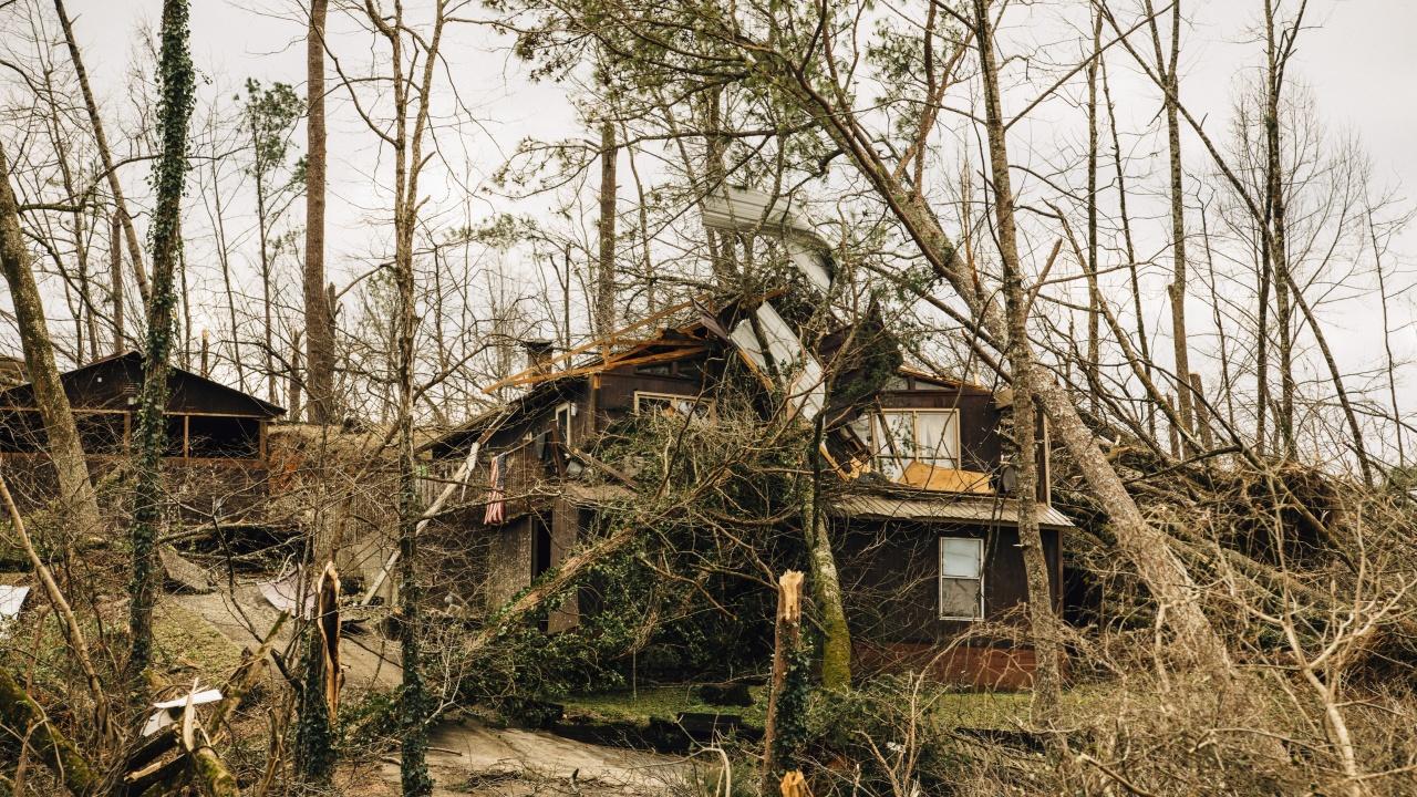 Торнадо отнесе покривите на къщи в Софийско