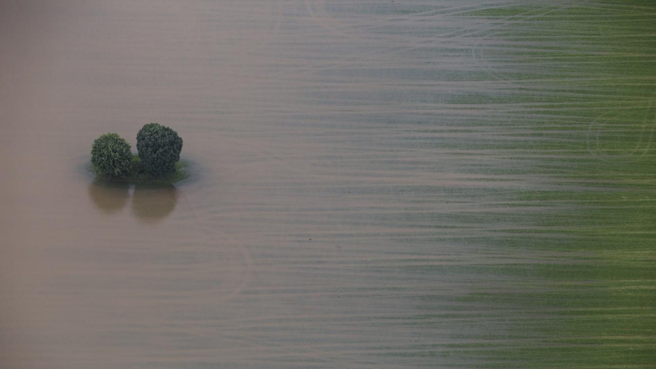 Китай взриви язовирна стена, за да отклони наводнения, взели 25 жертви