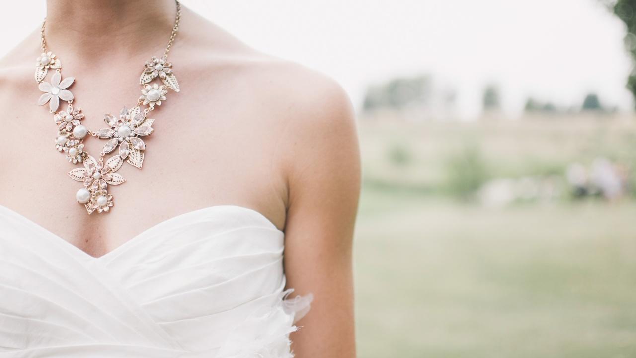 Дизайнер сътвори сватбена рокля от маски