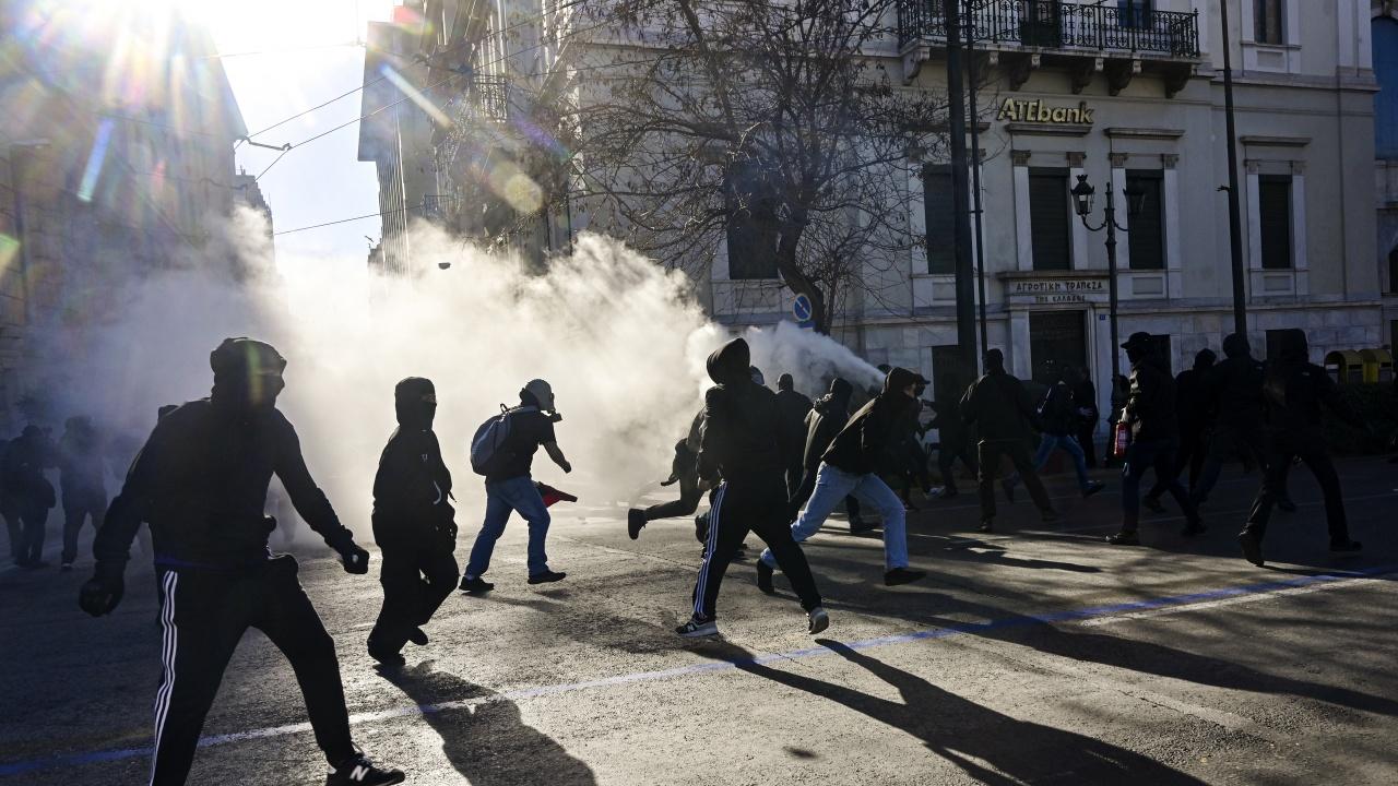 Сълзотворен газ срещу протестиращи в Атина против задължително ваксиниране