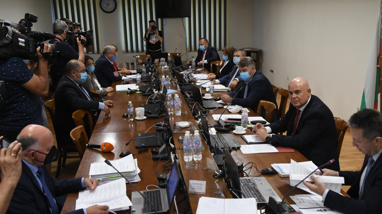 След 6 часа спорове и дебати ВСС определи за недопустимо искането за отстраняване на Иван Гешев