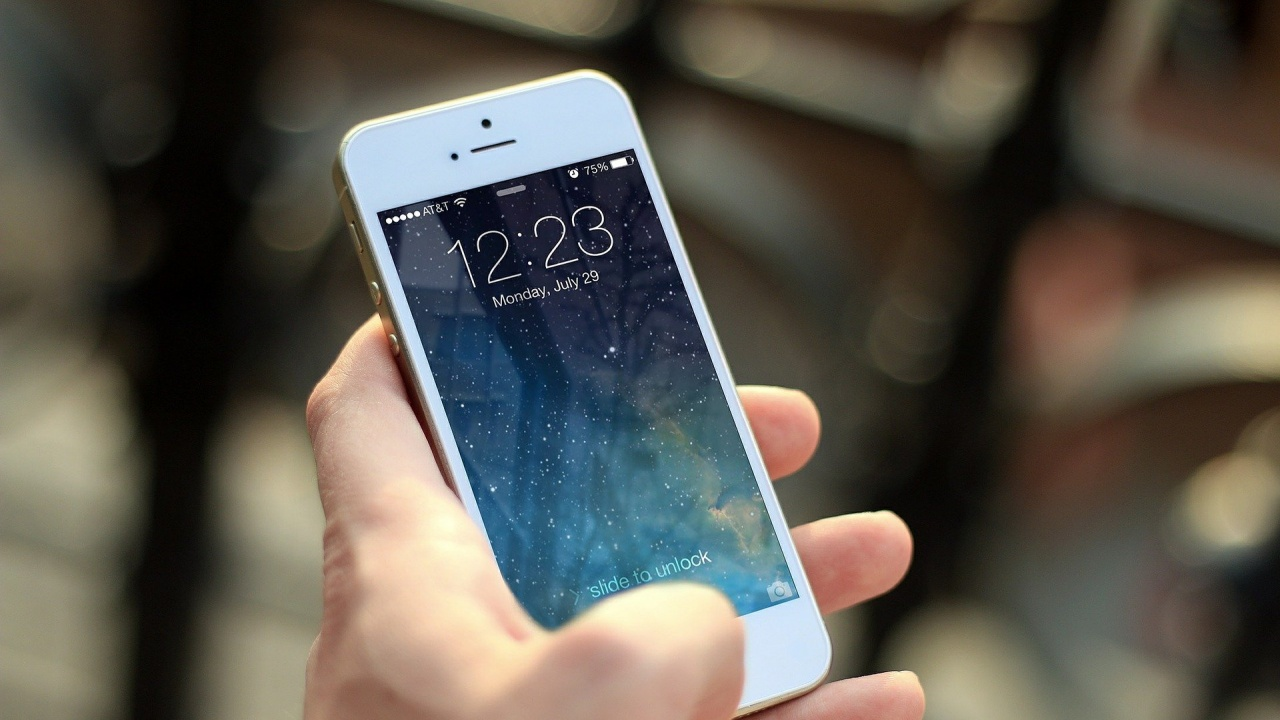 Учени създадоха самовъзстановяващ се материал за екрани на смартфони
