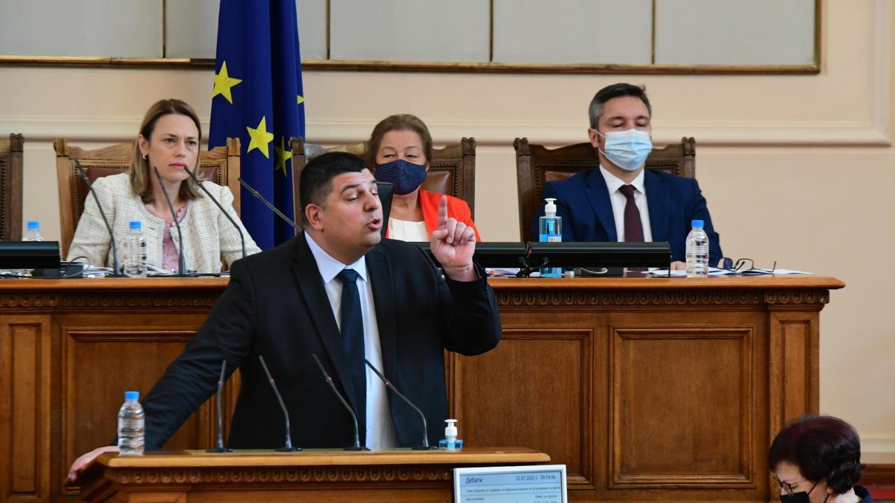 Скандали, напрежение, напускане на залата и четири временни комисии белязаха първия работен ден на НС