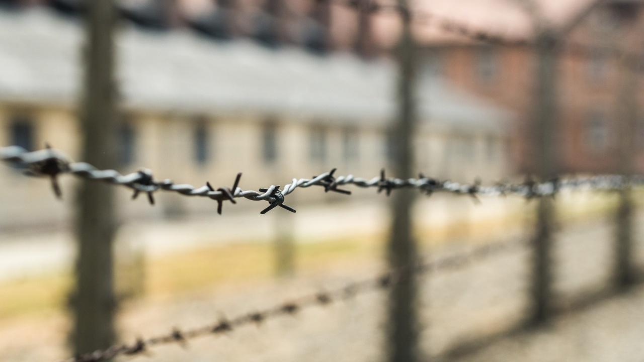 Затворници взеха надзиратели за заложници, поискаха пица за откуп