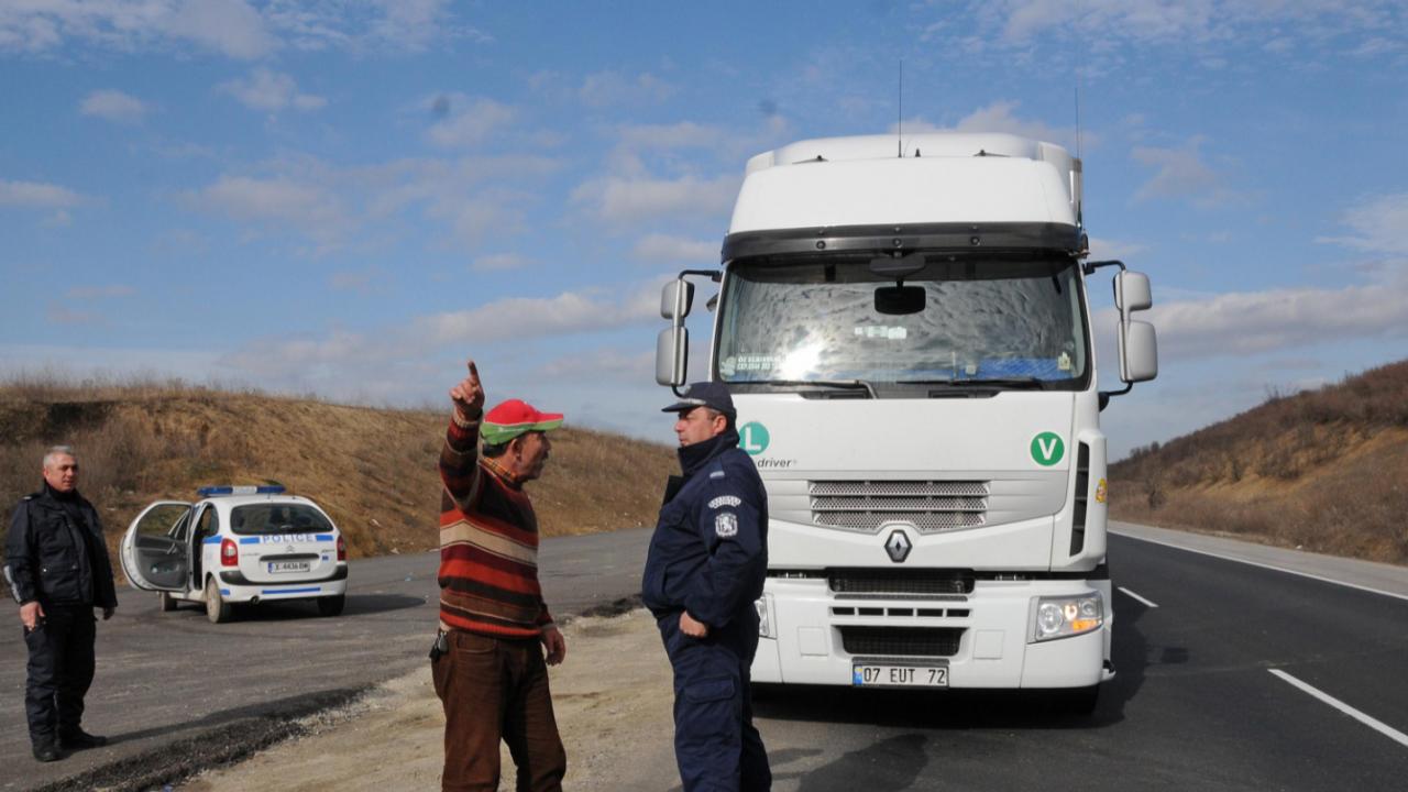 """Ограничава се преминаването на автомобили над 12 т между 47-ия и 30-ия км на АМ """"Хемус"""" в посока София"""