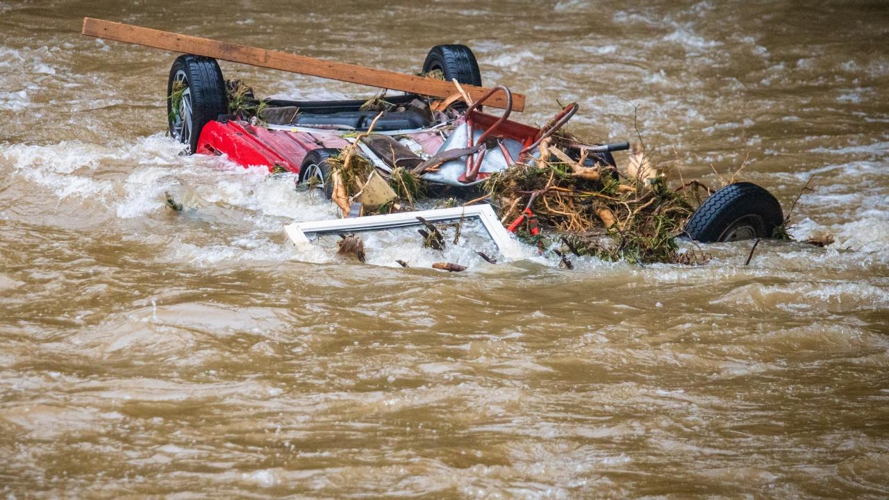 Кола падна в река в Хасково, жена е в болница