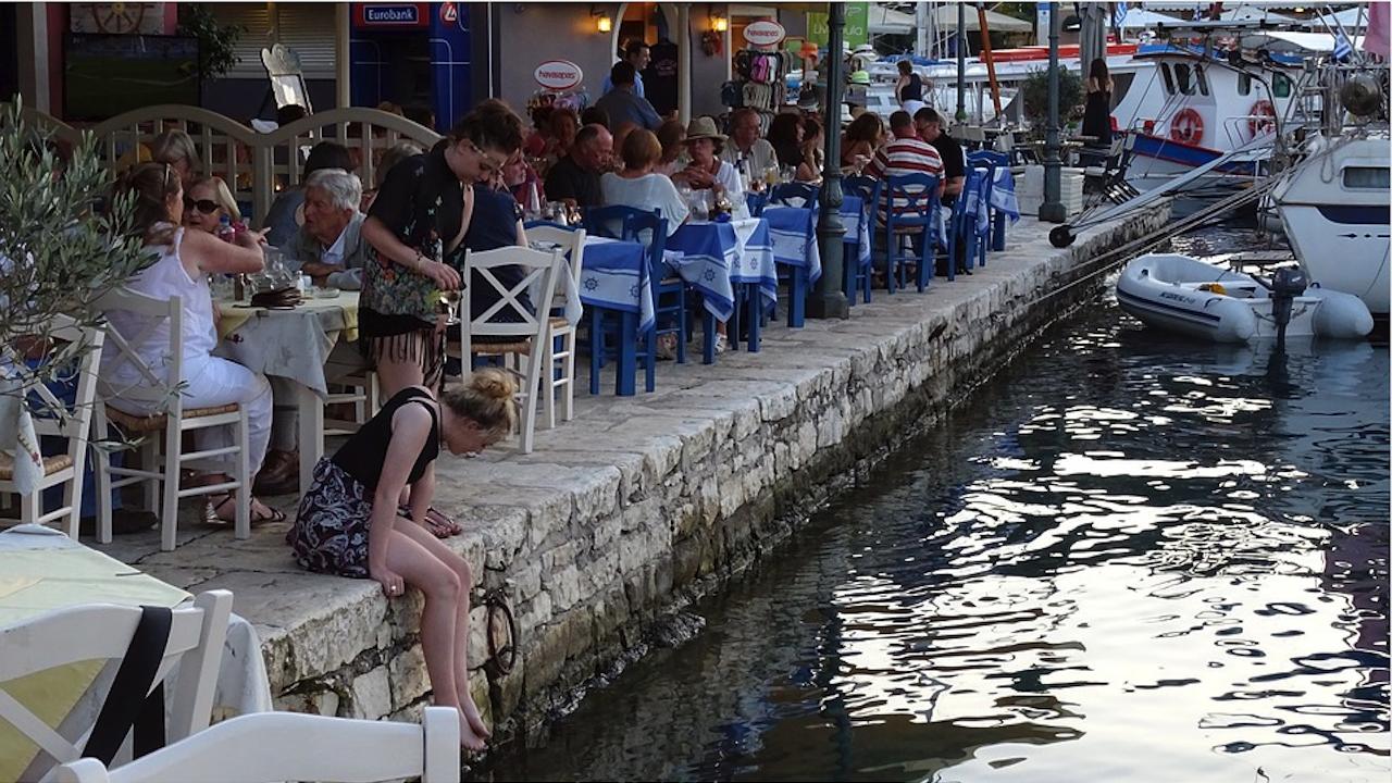 Гърция: Акции за COVID проверки на заведенията и местата, където хората се събират