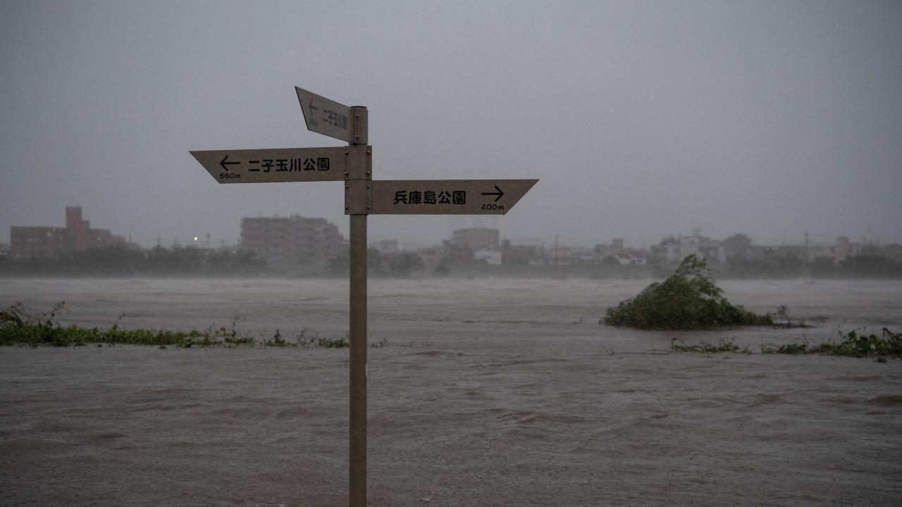 Мощен тайфун продължава да напредва към Япония