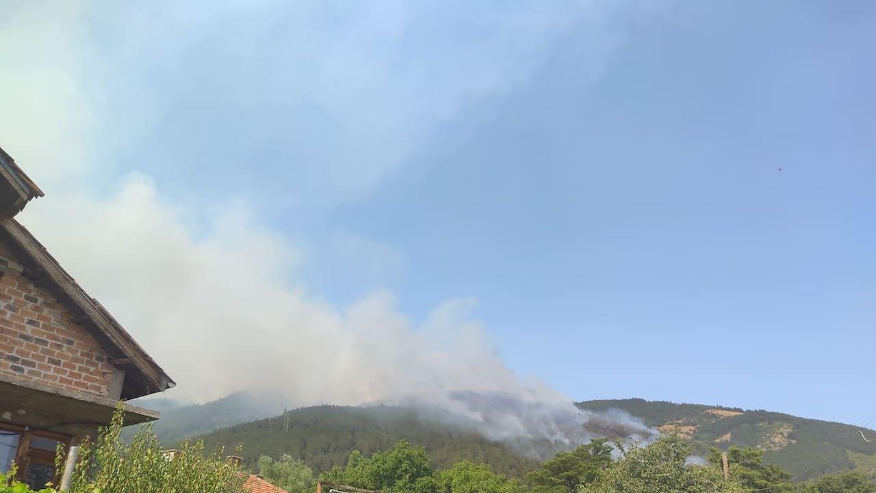 Голям пожар бушува над Твърдица, хеликоптер помага в борбата със стихията