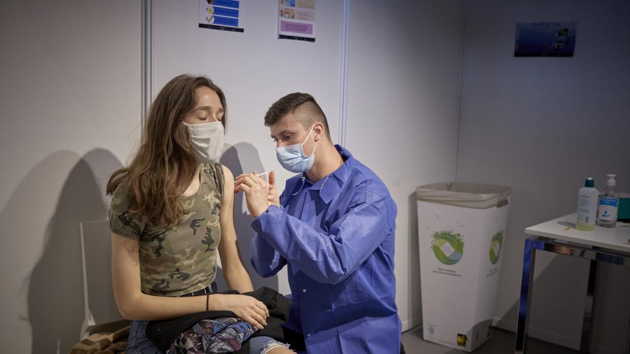 Всеки втори французин е напълно ваксиниран срещу COVID