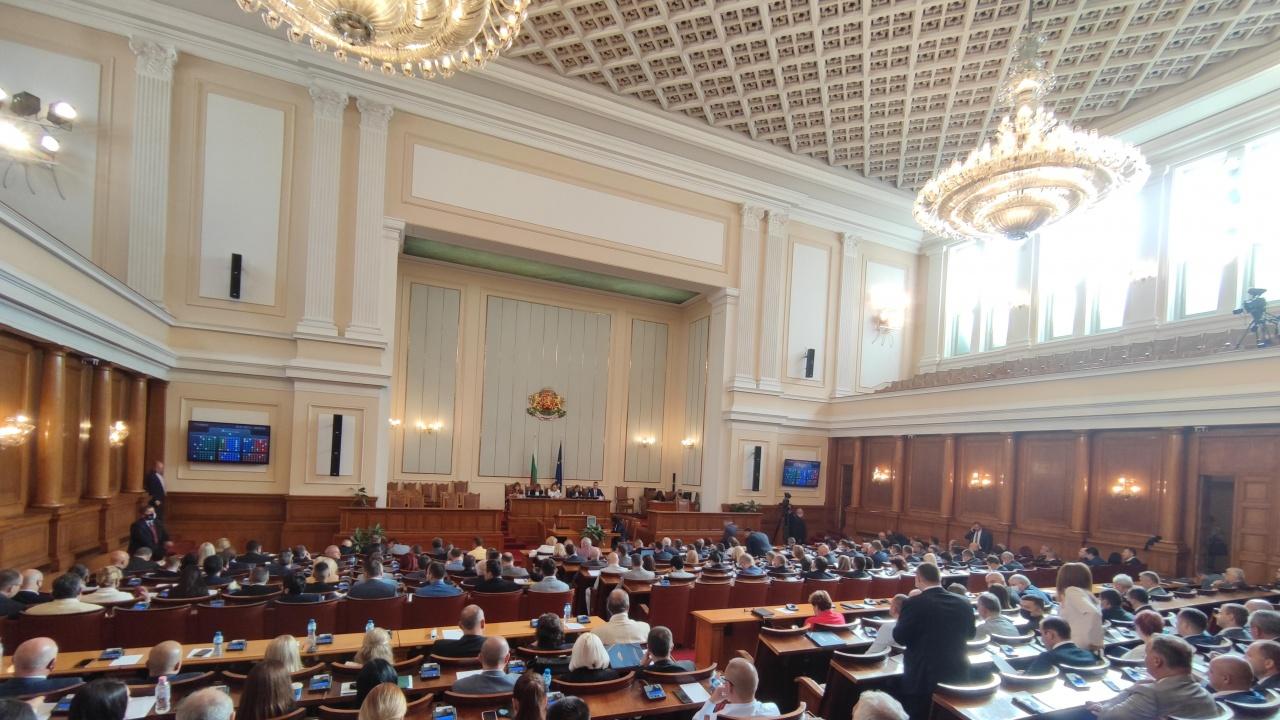 От днес депутатите се регистрират в пленарна зала с биометрия