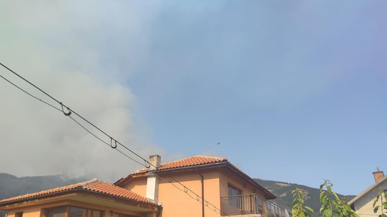 Горите край Твърдица продължават да горят