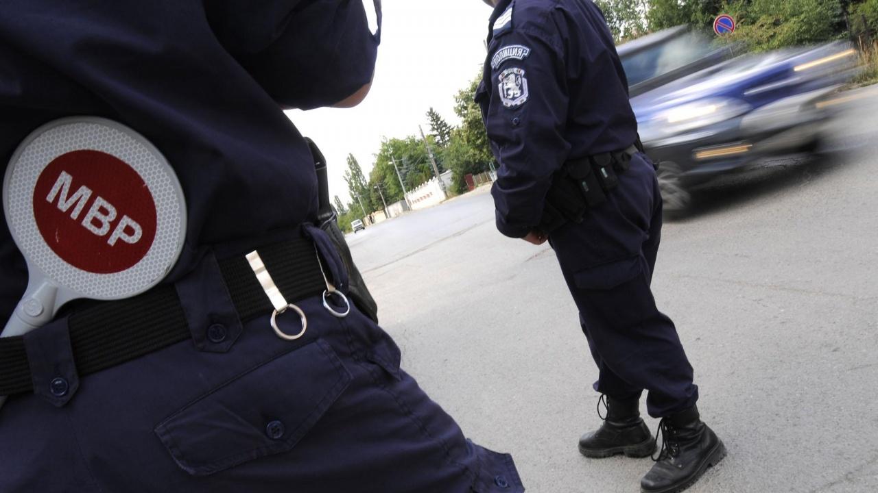 Хванаха младеж да дрифти, той бутна подкуп на полицаите