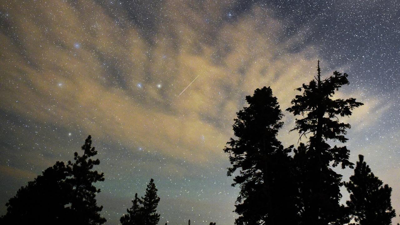 Тази нощ съвпадат максимумите на два метеорни потока