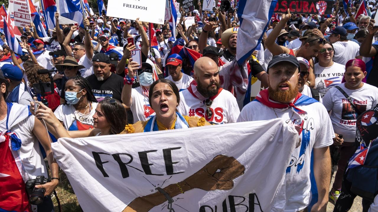 ЕС призова властите в Куба незабавно да освободят всички задържани протестиращи