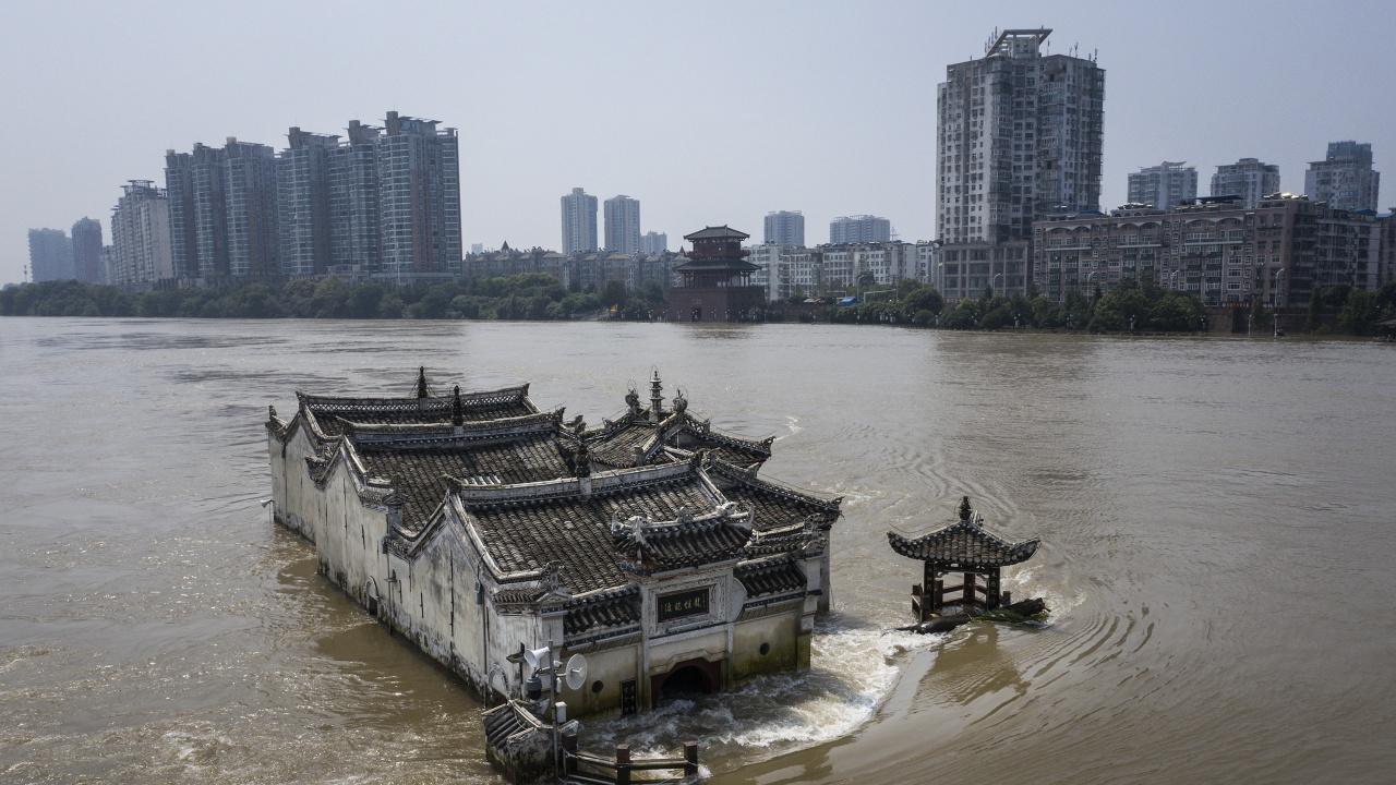 Расте броят на жертвите на наводненията в Китай
