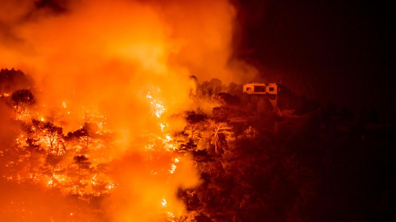 Пожари бушуват в осем турски провинции, евакуират туристи
