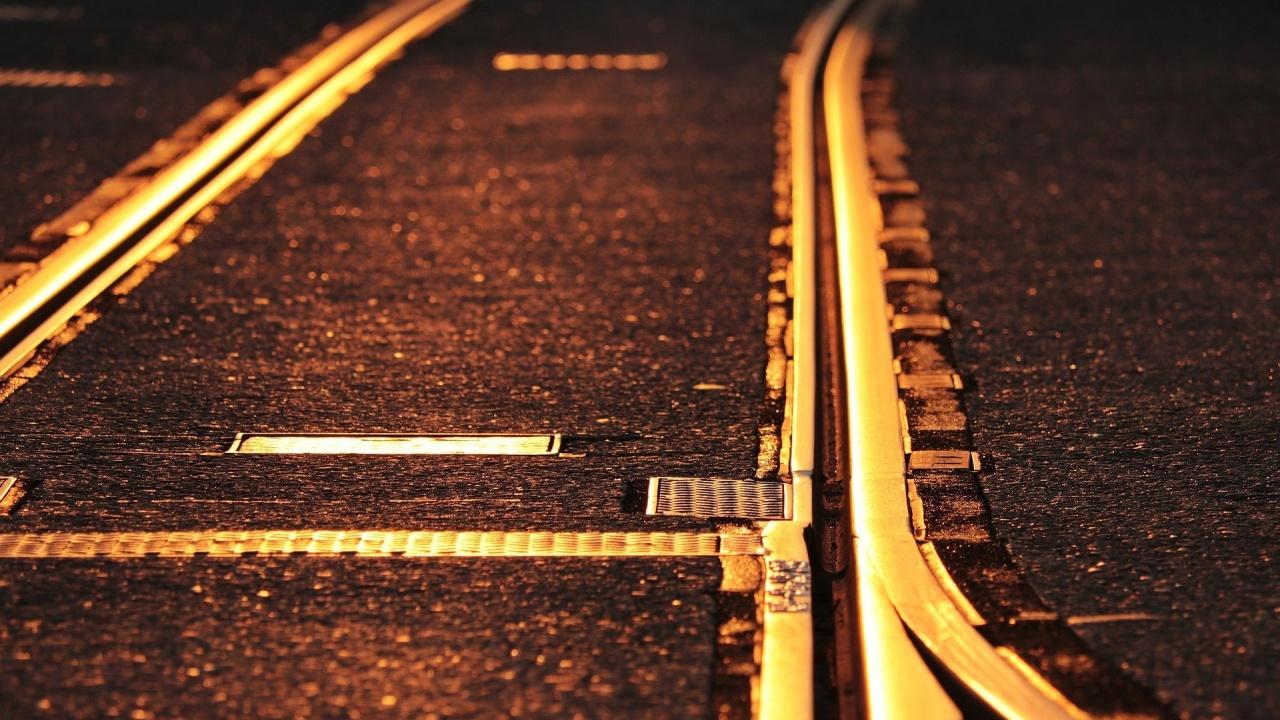 Пътнически влак дерайлира на прелез, 8 души са ранени