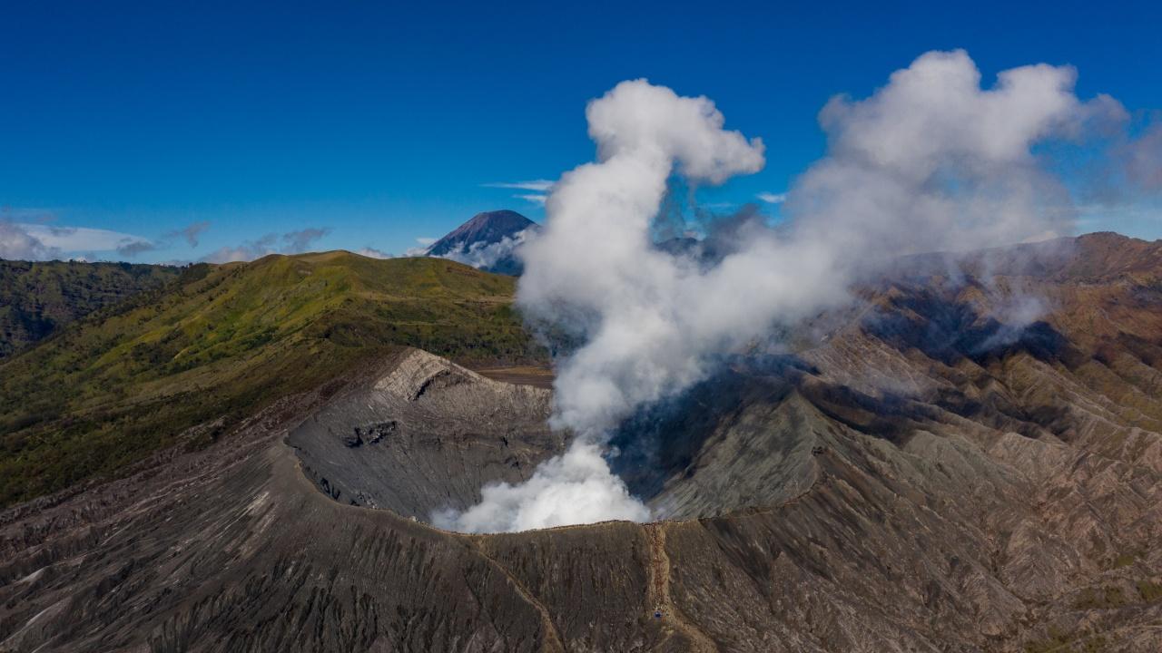 Изригване на вулкан предизвика пожар в Индонезия